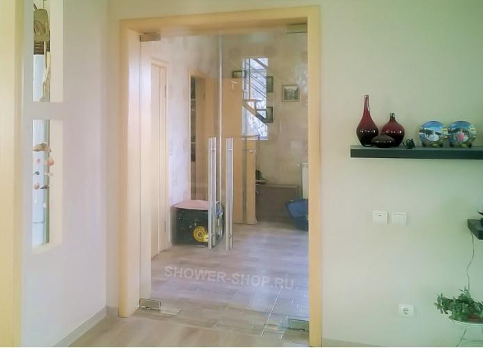 Двустворчатая маятниковая стеклянная дверь с двумя доводчиками
